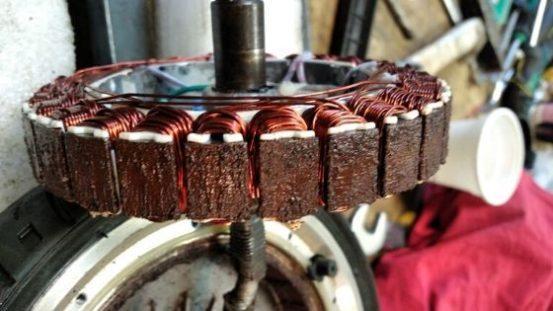 ржавое мотор-колесо разобранное
